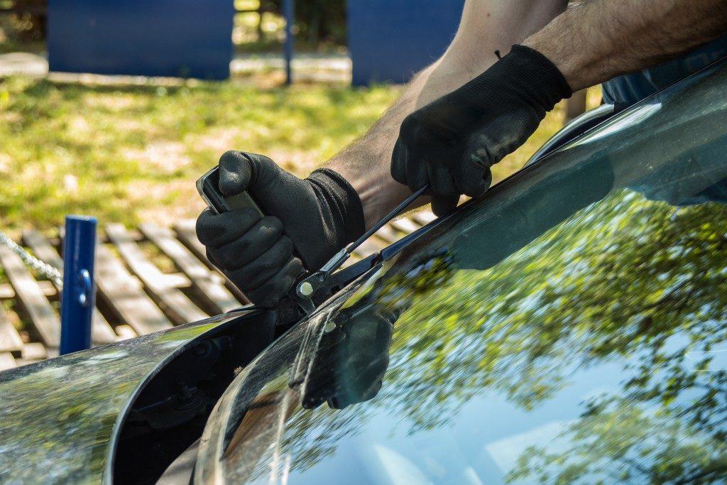 Man repairing and replacing windshield