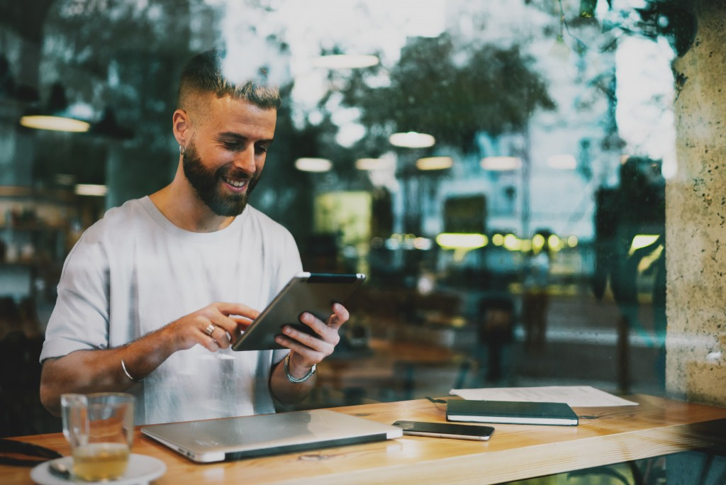 The Impact of Satisfied Customers on Your Business (+ Top Customer Service Mistakes)